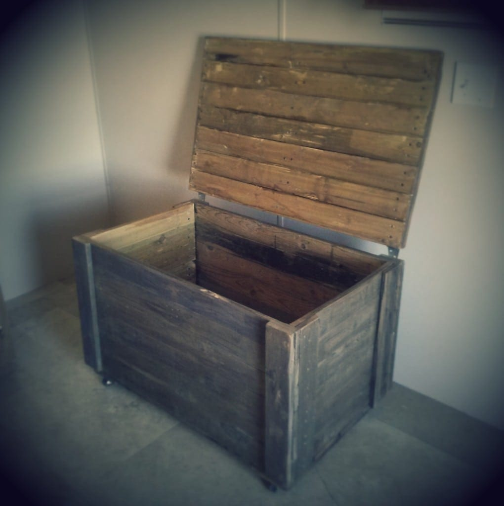 Make an Easy Rustic Storage Chest Out of Pallet Wood ...