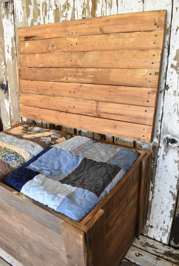 Diy Rustic Pallet Wood Storage Chest Teediddlydee